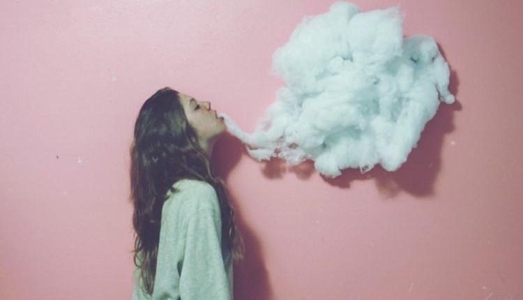 девушка с дымом кальяна