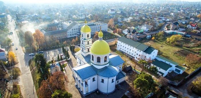 Белая церковь здание